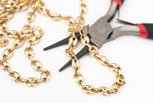 Yellow gold chain with a repair tool